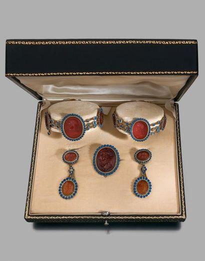 Paire de bracelets, broche et paire de pendant...