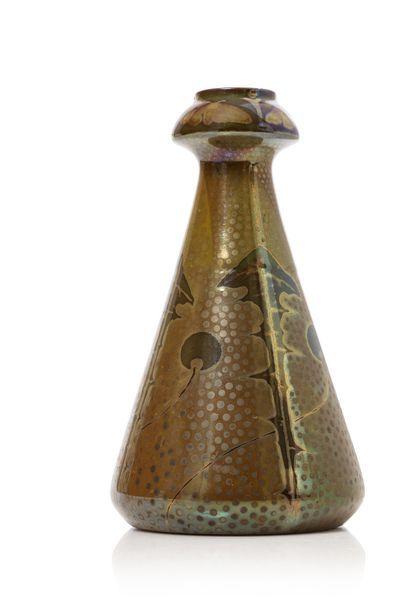 BACS  Vase conique à col resserré bulbeux...
