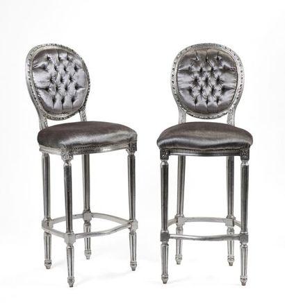 Paire de chaises hautes en bois peint gris...