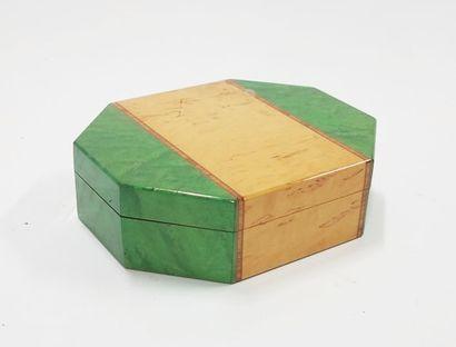 Boîte à cigares de forme octogonale en placage...
