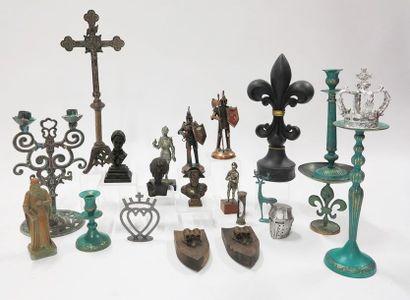 Lot en métal, plastique et composition, comprenant...
