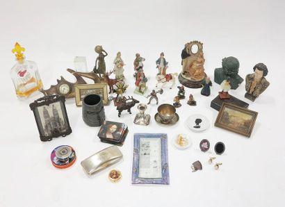 Bibelots du salon comprenant des statuettes,...