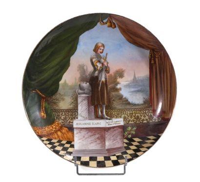 Grand plat circulaire en porcelaine polychrome...
