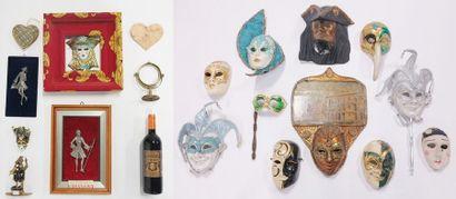 Lot à thématique de Casanova comprenant statuettes, masques, cadre et divers;  On...