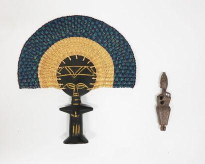Masque représentant une tête d'éléphant en bois, métal et coquillages.  H: 98 cm...
