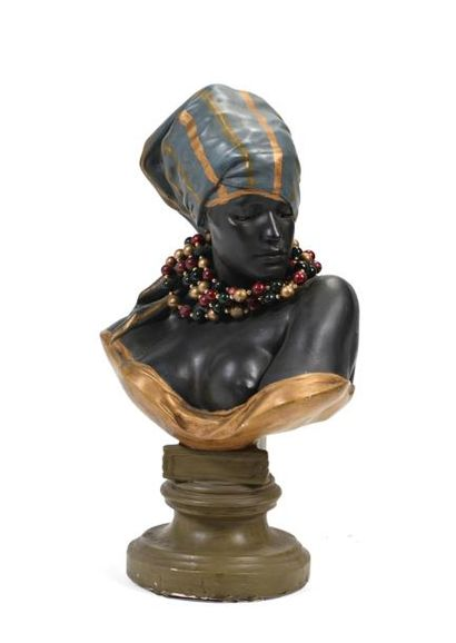 D'après Goldscheider, buste d'orientale en plâtre polychrome.  H: 70 cm  (Accidents...