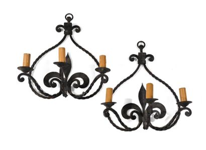 Paire d'appliques en fer forgé et torsadé à trois bras de lumière à décor stylisé...