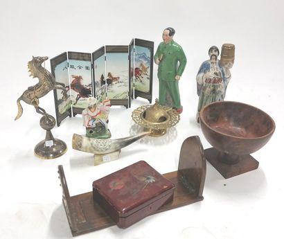 Lot comprenant une statuette en céramique...
