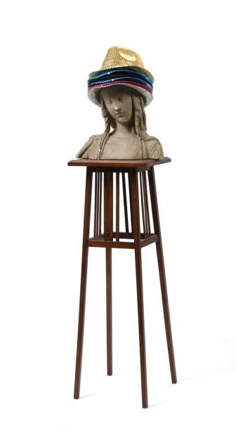 Buste de femme en plâtre reposant sur une sellette à plateau carré agrémentée de...