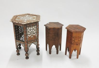Trois petites tables dans l'esprit syrien.  La plus grande: H: 58 - D: 47,5 cm ;...