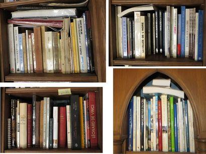 Environ 100 volumes brochés et cartonnés...