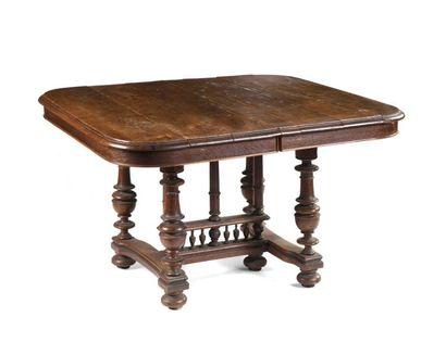 Table de salle à manger en bois naturel pouvant recevoir des allonges, reposant...