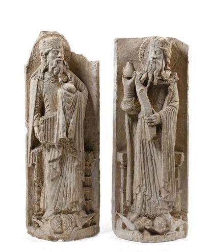 Paire de hauts reliefs en plâtre représentant des saints personnages.  H: 116 -...