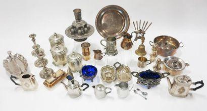 Important lot en métal argenté comprenant...