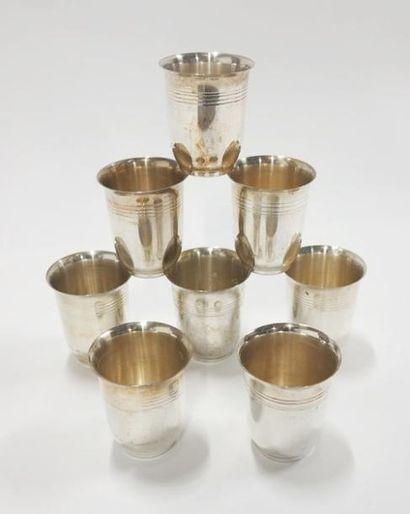 Lot de huit timbales en métal argenté à décor...