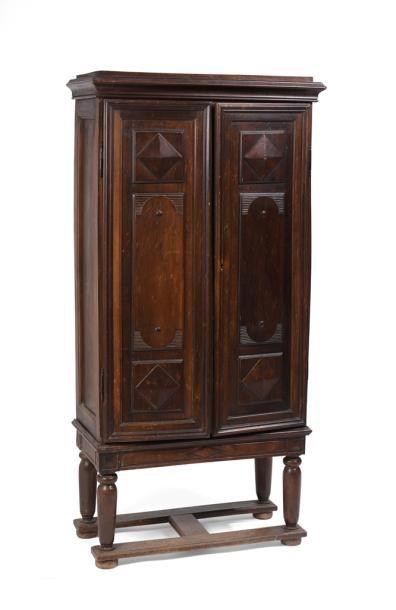 Petite armoire en bois naturel ouvrant à...