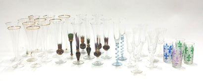 Lot de verres dépareillés et incomplet comprenant...