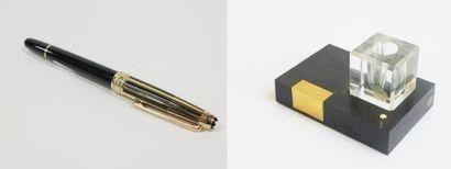Lot comprenant :  - un stylo plume Mont Blanc...