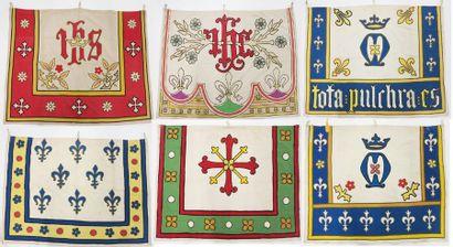 Lot de bannières en tissu brodé à décor de...