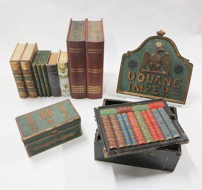 Lot comprenant des coffrets en forme de livres,...