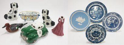 Lot comprenant :  - Paire de chiens en céramique...