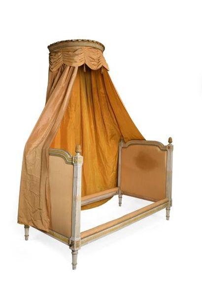 Lot comprenant :  - Un lit en bois laqué,...