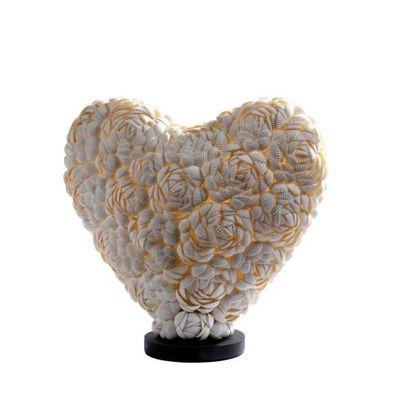 Lampe en forme de cœur composée de coquillages...