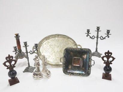 Lot comprenant des bougeoirs en métal à trois...