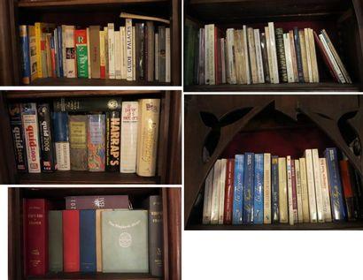 Environ 100 volumes comprenant  - volumes brochés modernes (Dictionnaires, guides,...