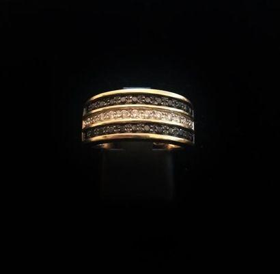 Bague en or jaune 18 K (750 °/°°) sertie de deux lignes de petits diamants et une...