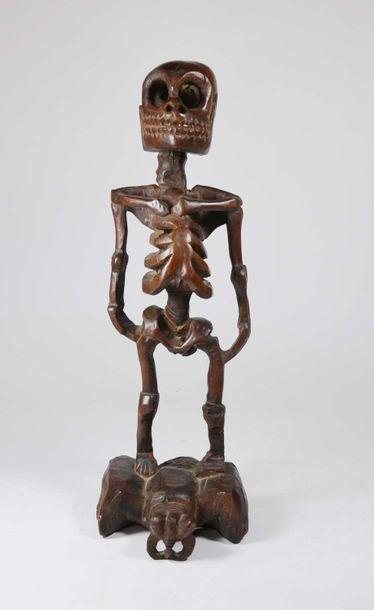 Figure totémique présentant un Cipati posé symboliquement sur une guêpe Bois patiné...