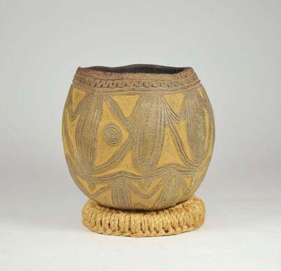 Vase agrémenté sur le pourtour d'un décor...