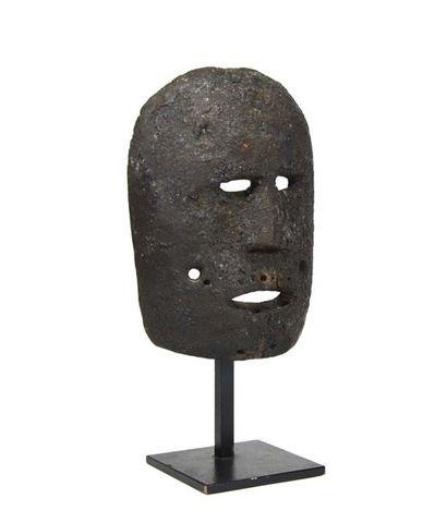 Masque cérémoniel, il présente un visage...