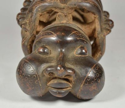 Fourreau de pipe présentant une tête d'ancêtre aux joues gonflées symboliquement...