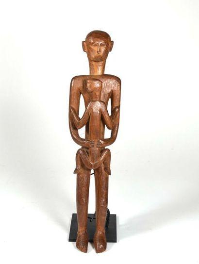 Statuette présentant un personnage tenant...