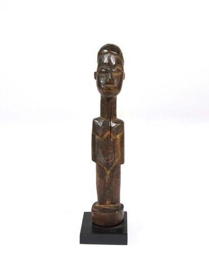 Statuette présentant un personnage debout...