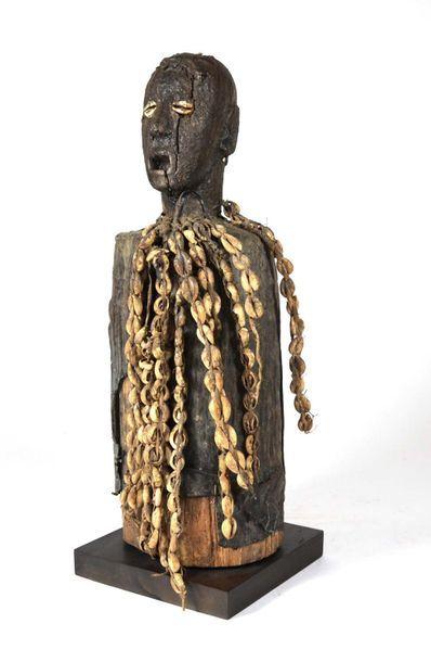 Fétiche cultuel sculpté dans le tronc d'un...