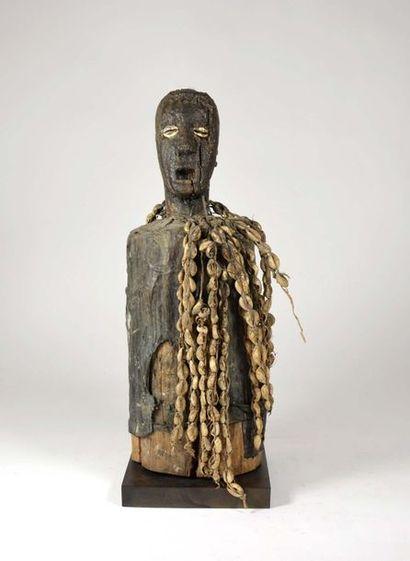 Fétiche cultuel sculpté dans le tronc d'un arbre d'une tête à l'expression vigoureuse...