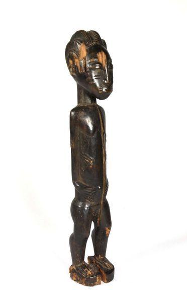 Statuette féminine présentée debout, le corps...