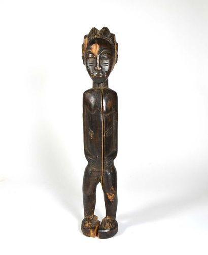 Statuette féminine présentée debout, le corps orné de scarification en relief  Bois...