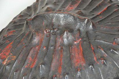 Bouclier de cérémonie et de combat, il présente un discret décor incisé et le cuir...