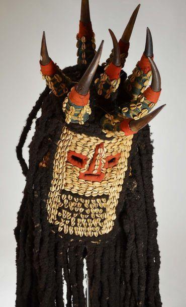 Masque de la société Kungan  Raphia, cauris,...