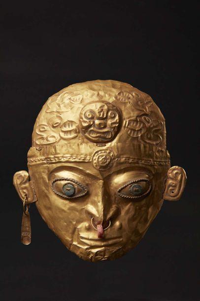 Masque cérémoniel, il présente le visage d'un jeune dignitaire à la belle expression...