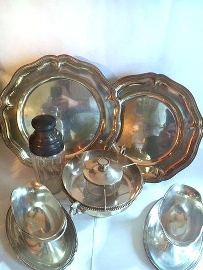Lot en métal argenté comprenant deux plats à contour dont l'un à décor de godrons...