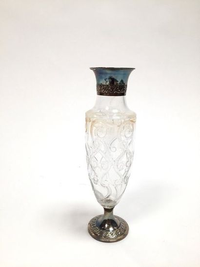 Vase en cristal à col et base en argent  Minerve, 950°/°°  H. 36,5 cm  Chocs