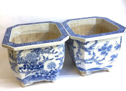 Paire de caches pots en bleu et blanc dans le goût de la Chine  23 x 28,5 x 28,5...