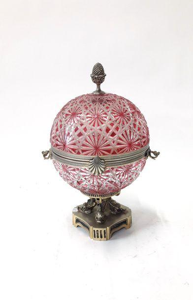 Cave à Liqueur dans un globe en cristal taillé rose, monture en alliage cuivreux...