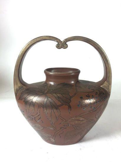 Boch Frères Keramis  Vase étrier à décor de pampres de vigne sur fond brun,  H :...