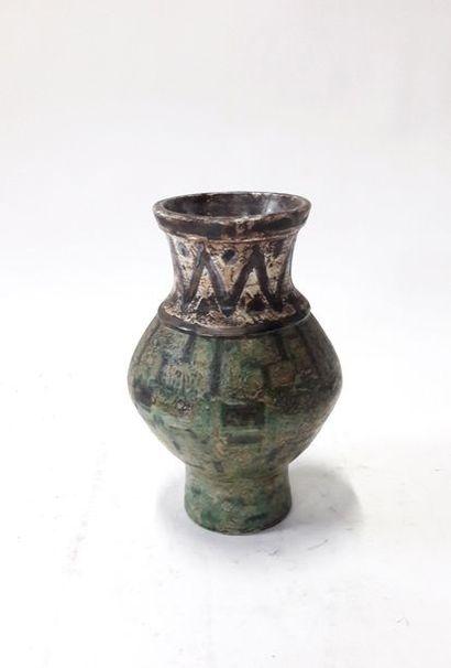 Vase à large panse et col resserré en grès...