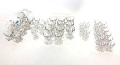 BACCARAT  Partie de service comprenant 10 verres à eau, 7 verres à vin rouge, 12...